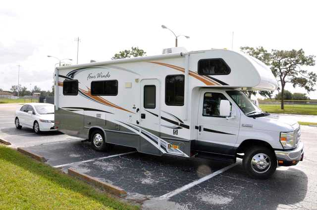 2011 Used Thor Motor Coach Four Winds 25c Class C In