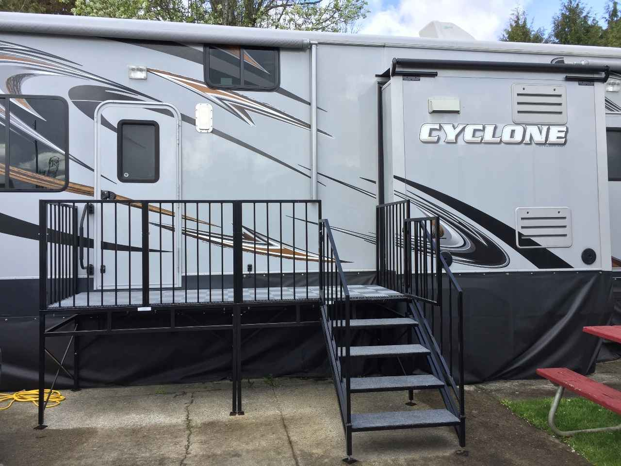 2013 used heartland cyclone 4100 king toy hauler in oregon or. Black Bedroom Furniture Sets. Home Design Ideas