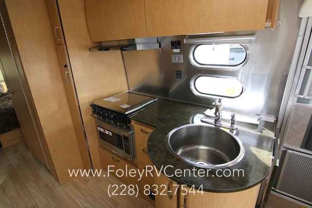 2016 New Airstream Flying Cloud 25fb Travel Trailer In