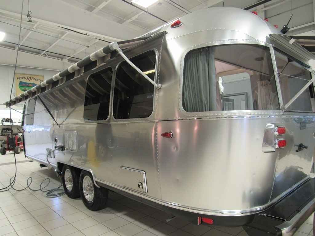 2018 New Airstream GLOBETROTTER 27FB Travel Trailer in